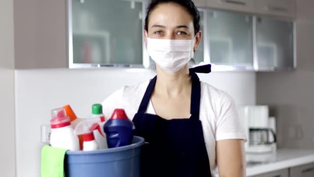 vídeos y material grabado en eventos de stock de mujer con máscara que lleva artículos de limpieza - hospitalidad