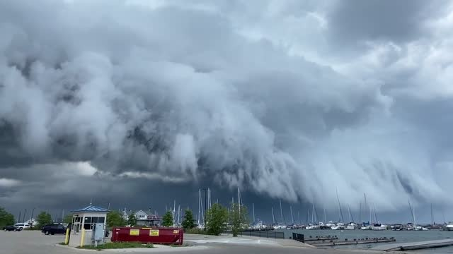 woman in milwaukee, wisconsin, captured a timelapse of an arcus cloud gliding over lake michigan on august 24 amid... - https stock-videos und b-roll-filmmaterial