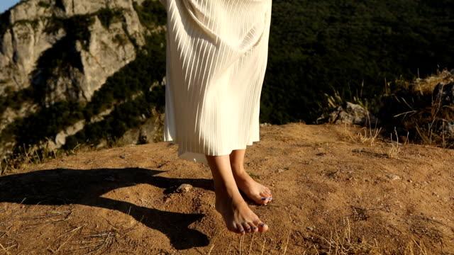 山の女性 - barefoot点の映像素材/bロール