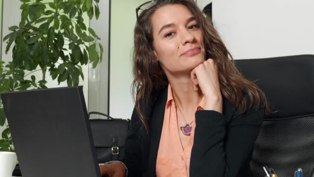 stockvideo's en b-roll-footage met vrouw in kantoor voor een laptop - secretaris