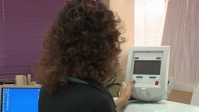 stockvideo's en b-roll-footage met woman in office - werkneemster