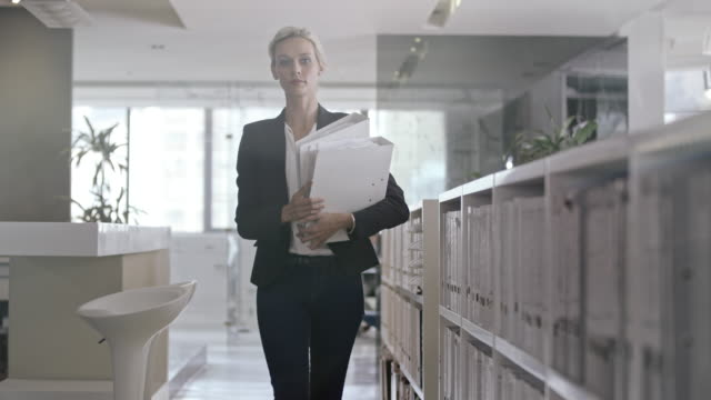 女性のオフィス  - ファイル点の映像素材/bロール