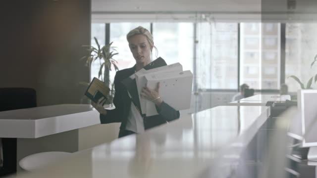 vídeos de stock e filmes b-roll de woman in office - pasta