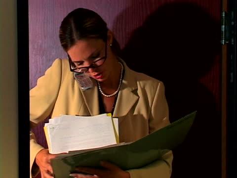 vidéos et rushes de woman in office - tenue d'affaires formelle