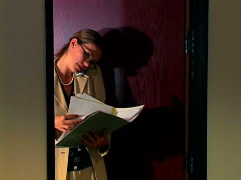 vídeos y material grabado en eventos de stock de woman in office - vestimenta de negocios formal