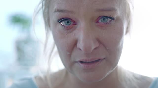 vídeos de stock, filmes e b-roll de slo mo mulher em dor e tristeza - mulheres de idade mediana