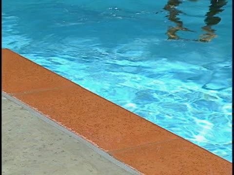 vídeos y material grabado en eventos de stock de woman in pool - encuadre de tres cuartos