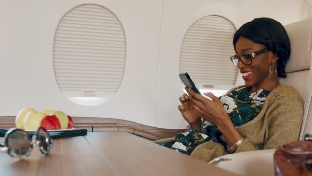 Vrouw in prive-jet vliegtuig
