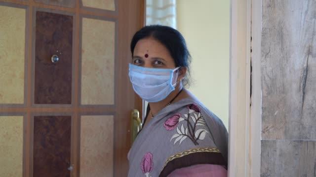 vidéos et rushes de woman in quarantine, staying home for safety during coronavirus pandemic - seniornaute