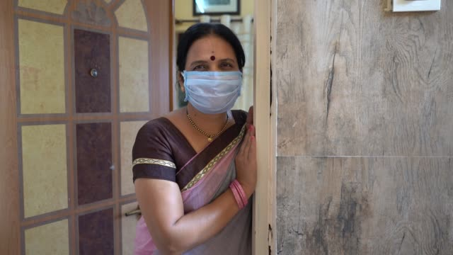 vídeos de stock, filmes e b-roll de woman in quarantine, staying home for safety during coronavirus pandemic - idoso na internet