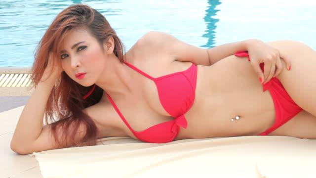 frau im roten bikini - bikini stock-videos und b-roll-filmmaterial