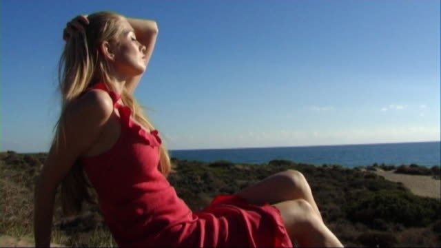 vidéos et rushes de woman in red dress on beach - robe rouge