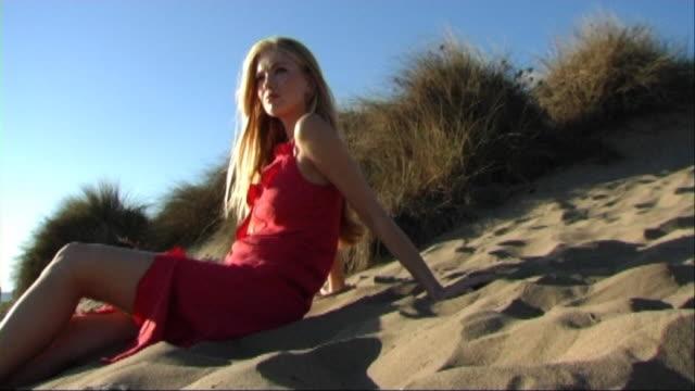 woman in red dress on beach - 赤のドレス点の映像素材/bロール