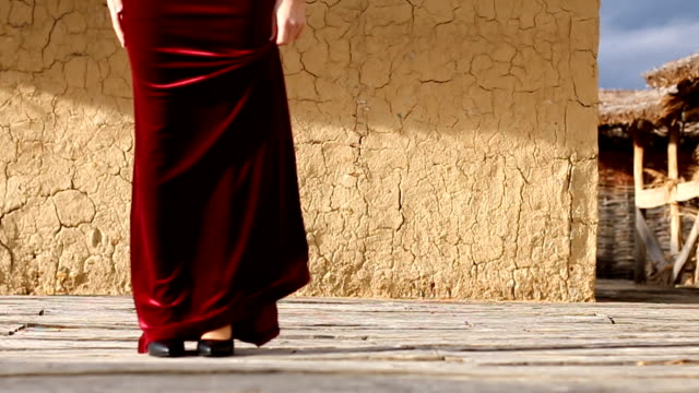 vídeos de stock e filmes b-roll de woman in red - andar em bico de pés
