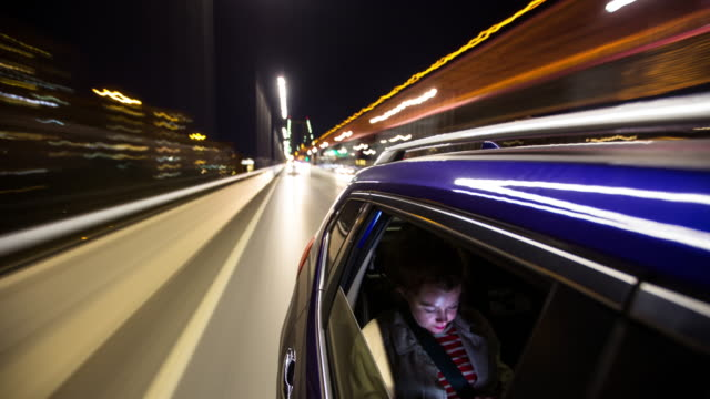 frau in fahrt share taxi in new york city - zeitraffer - long exposure stock-videos und b-roll-filmmaterial