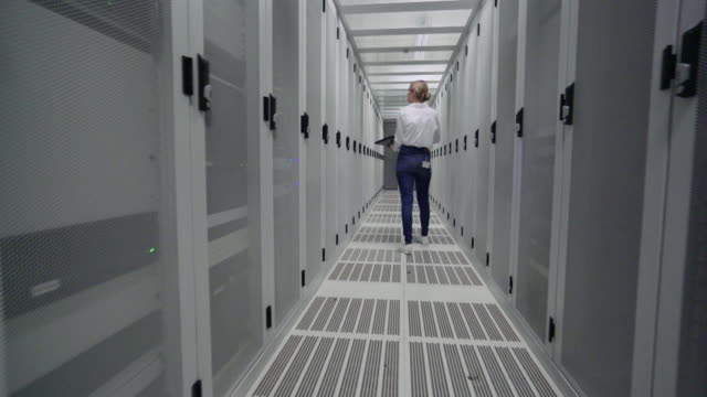 woman in server room - netzwerkserver stock-videos und b-roll-filmmaterial