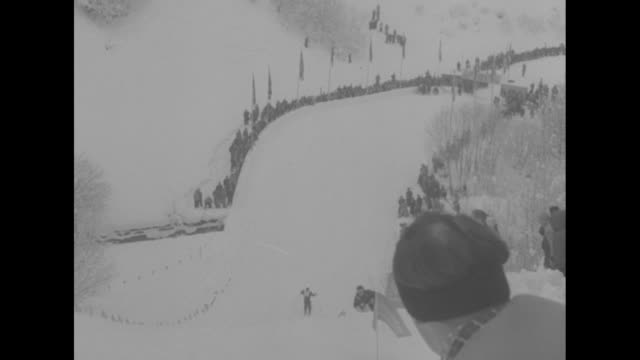 vídeos de stock, filmes e b-roll de ms woman in slalom race / pov of bavarian alps from inside ascending chair lift / vs skier downhill / ms skier wipes out / ms skier past camera then... - garmisch partenkirchen
