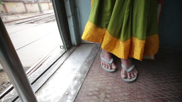 vídeos y material grabado en eventos de stock de woman in slippers on train mumbai - falda