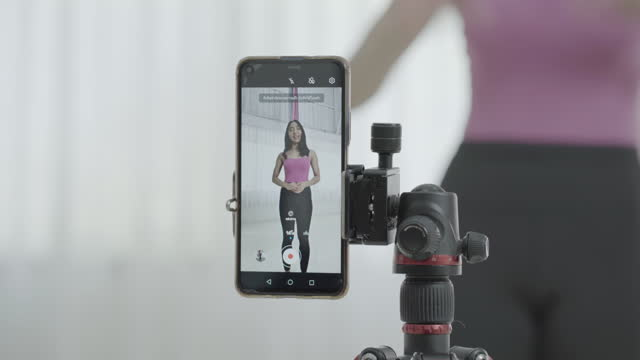 vídeos de stock, filmes e b-roll de mulher de roupas esportivas praticando yoga. - equilíbrio vida trabalho