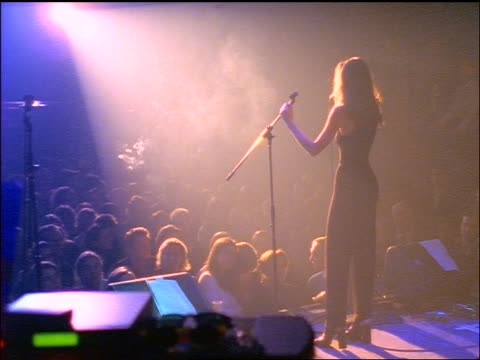vidéos et rushes de rear view woman in spotlight on stage singing + bowing to audience - représentation artistique