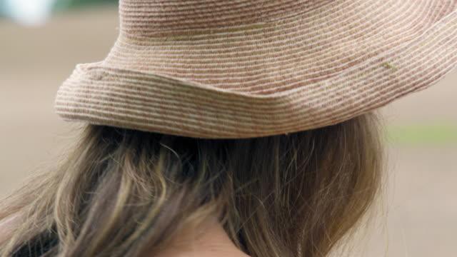 vídeos y material grabado en eventos de stock de woman in straw hat - accesorio de cabeza