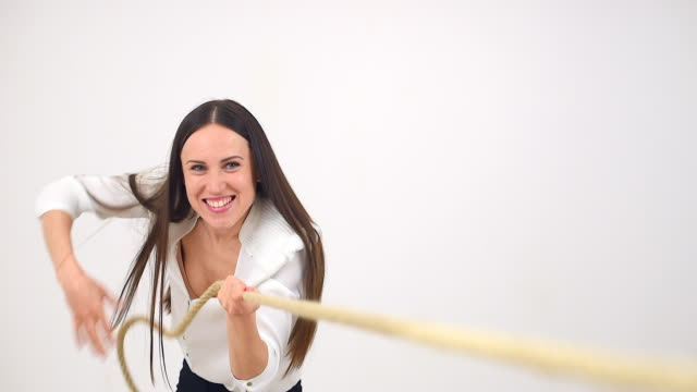 vídeos de stock e filmes b-roll de mulher em equipe puxando uma corda - puxar