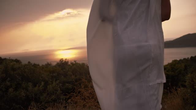 SLO MO vrouw in summerdress staande op de klif