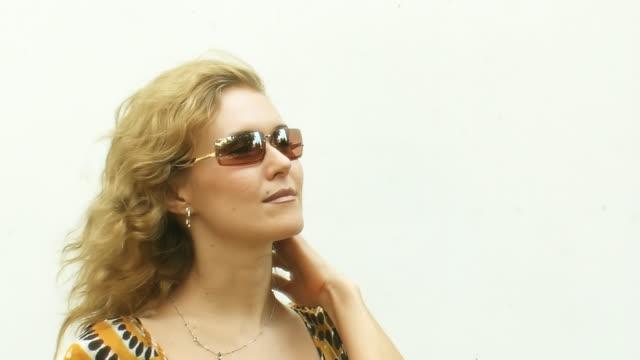 サングラス雰囲気の女性彼女の髪 - 若い女性だけ点の映像素材/bロール