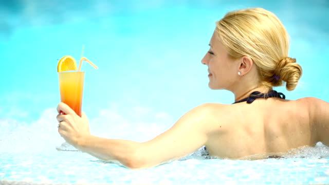 vidéos et rushes de femme dans la piscine équipée d'un cocktail. - drinking health 1930 film