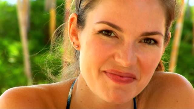 vídeos y material grabado en eventos de stock de woman in swimsuit - daiquiri de fresa