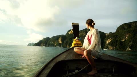 vídeos y material grabado en eventos de stock de mujer en barco taxi tailandés - islas phi phi
