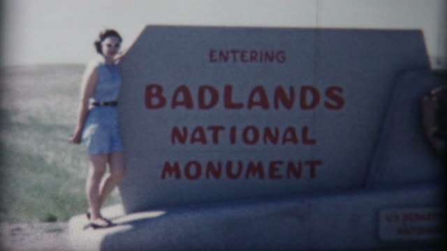 donna di badlands anni'50 - badlands national park video stock e b–roll
