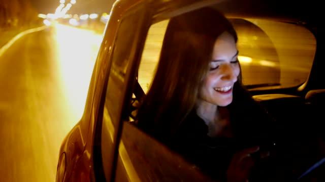 stockvideo's en b-roll-footage met woman in the car - taxi