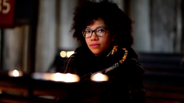 stockvideo's en b-roll-footage met vrouw in de kerk - katholicisme