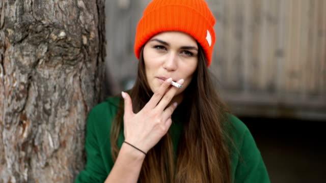frau in der stadt. erkundung der altstadt - thema rauchen stock-videos und b-roll-filmmaterial