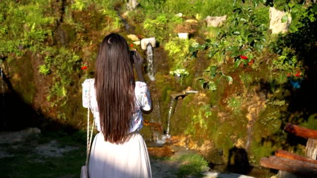 在花園裡的女人 - 25歲到29歲 個影片檔及 b 捲影像