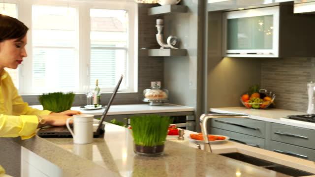 frau in der küche - ecke eines objekts stock-videos und b-roll-filmmaterial