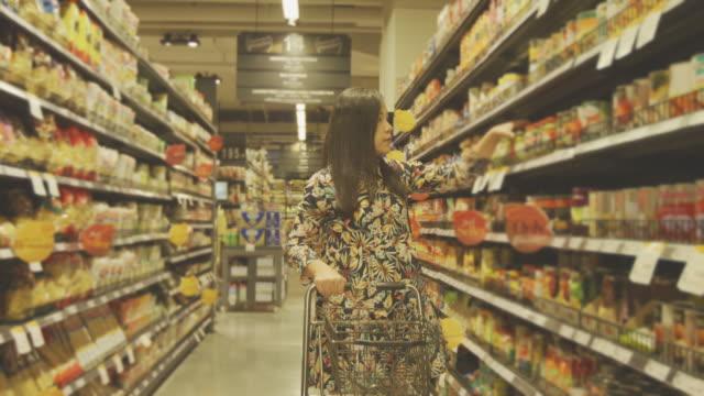 stockvideo's en b-roll-footage met vrouw in het winkelcentrum - etiket