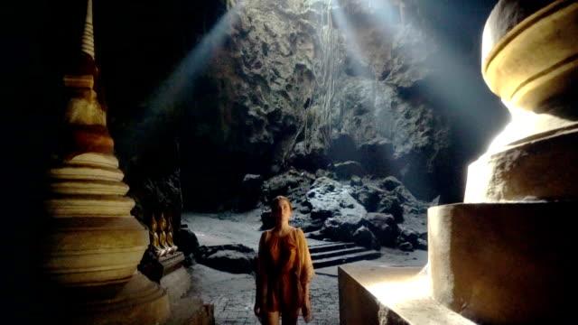 stockvideo's en b-roll-footage met vrouw in de tempel in grot - tempel