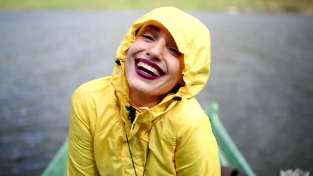 vidéos et rushes de woman in the yellow rain coat outdoors - vêtement de pluie