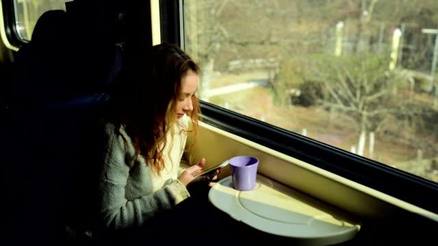 vídeos y material grabado en eventos de stock de mujer en el tren con el teléfono - gente tranquila
