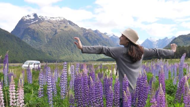 旅行中の女性 - 体を伸ばす点の映像素材/bロール