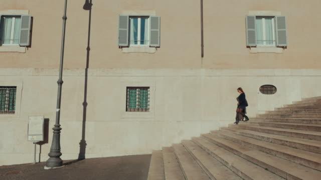 Donna in tipiche stradine di Roma