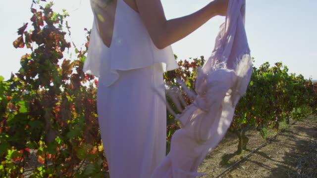 vidéos et rushes de woman in vineyard - châle