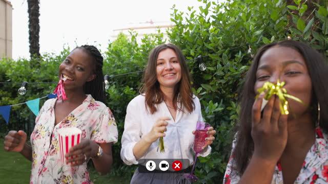 vídeos de stock, filmes e b-roll de mulher em festa virtual comemorando com amigosmil - equipamento de mídia