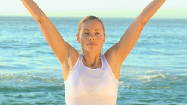 woman in white doing yoga / cape town, western cape, south africa - nur junge frauen stock-videos und b-roll-filmmaterial
