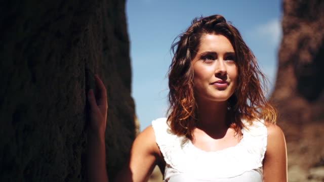 vidéos et rushes de femme en robe blanche - robe blanche