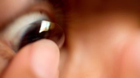 stockvideo's en b-roll-footage met woman inserting contact lens - lens oogbol