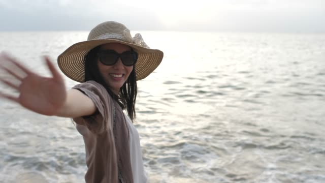 fraueneinladung/willkommen ein gast am strand - rotes haar stock-videos und b-roll-filmmaterial