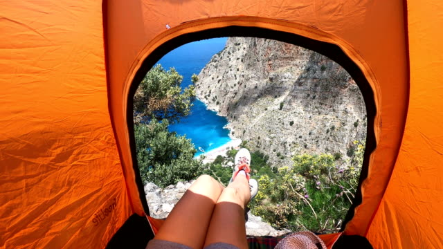 frau ist camping. - zelt stock-videos und b-roll-filmmaterial